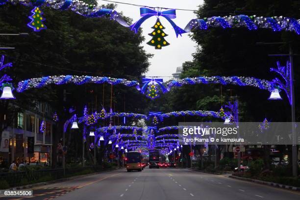 illumination arch on singapore orchard street before christmas - orchard road fotografías e imágenes de stock