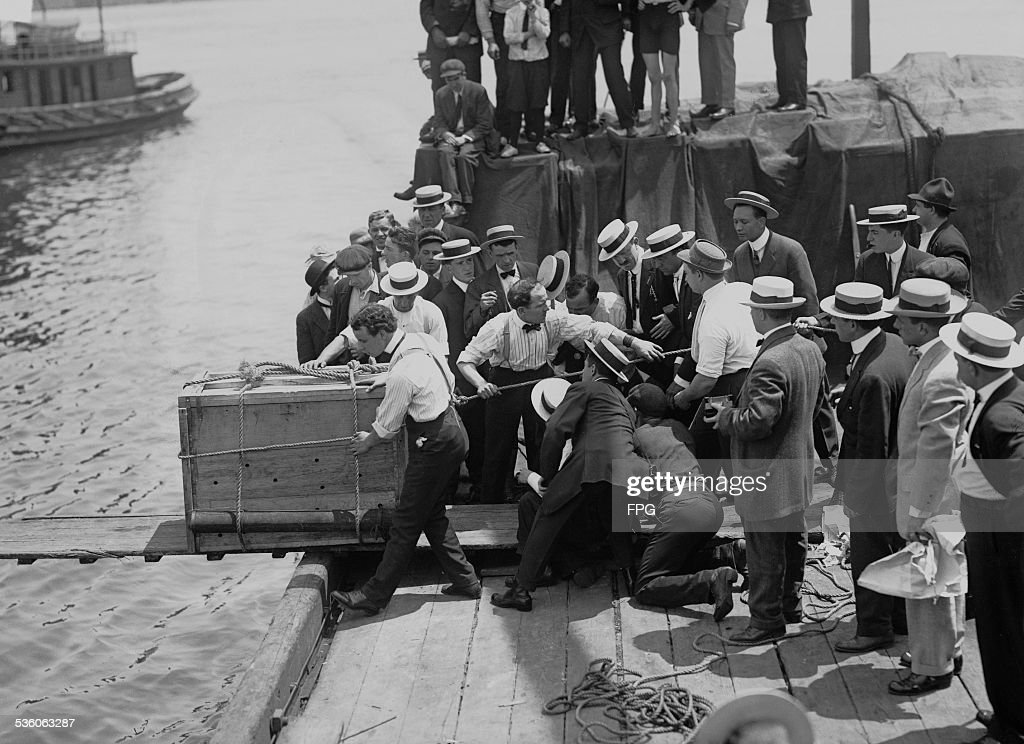 Harry Houdini Stunt : News Photo