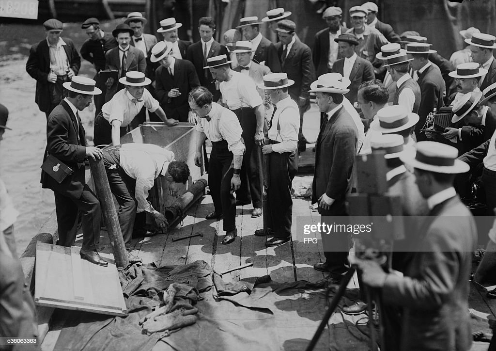 Harry Houdini Stunt : News Photo