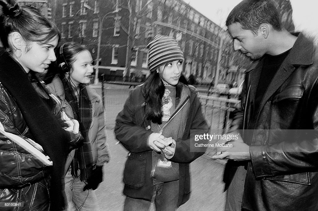 David Blaine Does Magic Tricks On New York Street : Fotografía de noticias