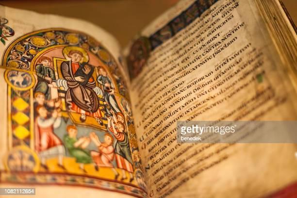 ilustración y texto en manuscrito medieval de la british library londres reino unido - medieval fotografías e imágenes de stock