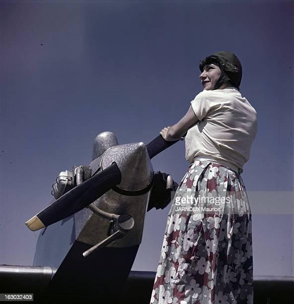 Illustration Female Pilots. En France, dans les années 50, photos d'illustration de femmes pilotes. Femme vêtue d'une jupe longue fleurie, d'un...