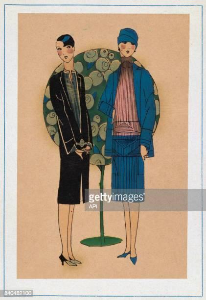 Illustration présentant des femmes portant des modèles de Jenny en 1926 à gauche une robe de satin noir avec une blouse de linon blanc à plis et à...