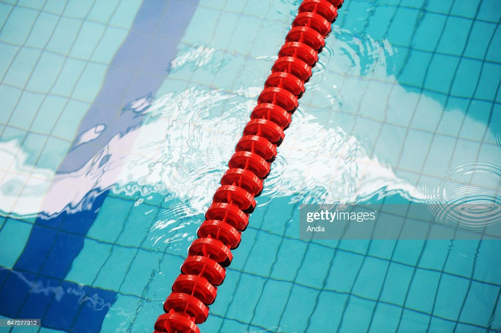 Swimming pool float lines Nachrichtenfoto - Getty Images