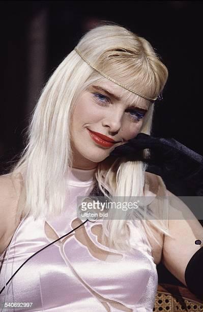 Ilona Staller Pornostar Stripteasetänzerin und Parlamentsabgeordnete mit langen blondierten Haaren Sie trägt ein rosafarbenes durchbrochenes Kleid...
