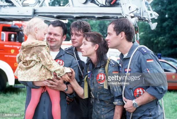 Ilona zieht Denise aus dem Brunnen. Thomas beginnt sofort mit der Mund-zu-Mund-Beatmung. Ilona eilt hinzu und f Und so gelingt es ihnen das Kind zu...