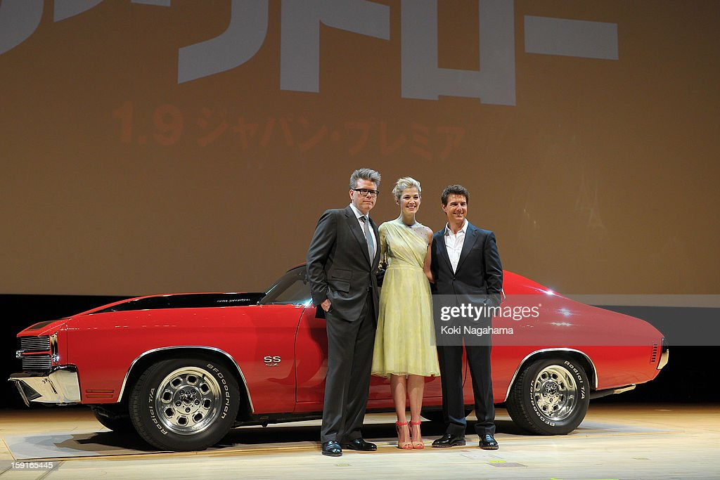 iL-RjDirector Christopher McQuarrie and Actress Rosamund Pike and Actor Tom Cruise pose during the 'Jack Reacher' Japan Premiere at Tokyo International Forum on January 9, 2013 in Tokyo, Japan.