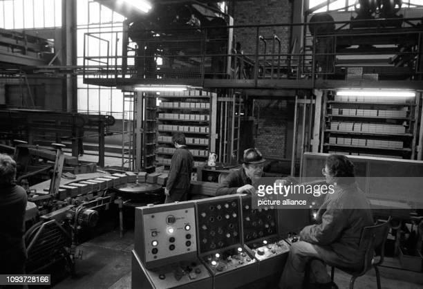 Im 1979 errichteten neuen Ziegelwerk in Taucha bei Leipzig werden im Januar 1984 Ziegel für die Bauindustrie hergestellt Foto Waltraud Grubitzsch dpa...