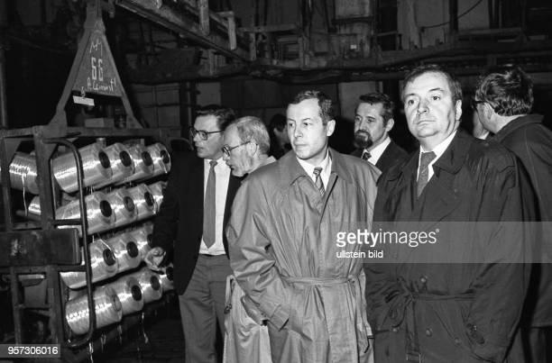 Im Februar 1990 besuchen Klaus Töpfer Bundesminister für Umwelt der BRD und Lothar de Maizière seit November 1989 Vorsitzender der OstCDU den VEB...
