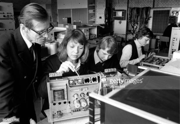 Im Forschungslabor der Ingenieurhochschule für Seefahrt in RostockWarnemünde lernen angehende Funkoffiziere das 'Innnenleben' der unterschiedlichsten...
