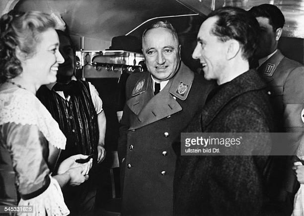 im Gespräch mit Joseph Goebbels und der Schauspielerin Käthe Haack anlässlich der Übergabe der ersten fahrbaren KdF Bühne Februar 1940