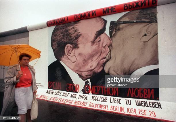 Im Großformat - der Bruderkuß zwischen dem sowjetischen Staats- und Parteichef Leonid Breschnew und dem Staatsratsvorsitzendem der DDR, Erich...