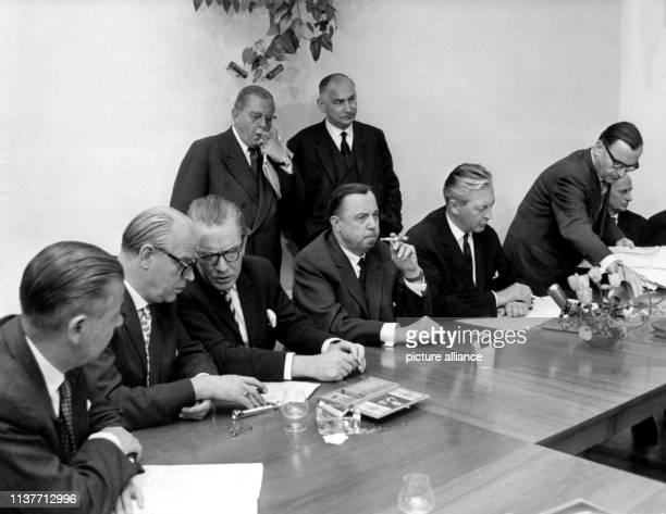 Im Haus der Landesvertretung von BadenWürttemberg in Bonn haben sich am 451961 die Ministerpräsidenten der elf Bundesländer zu einer Sitzung...