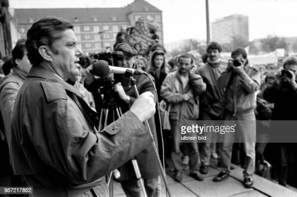 Im Hinblick auf die Volkskammerwahl am 18 März 1990 demonstrieren Studenten vor dem Rathaus von Dresden für gesicherte Studienmöglichkeiten Erhöhung...