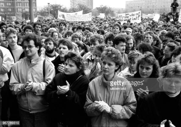 Im Hinblick auf die Volkskammerwahl am 18 März 1990 demonstrieren Studenten vor dem Rathaus von Dresden und Oberbürgermeister Berghofer für...