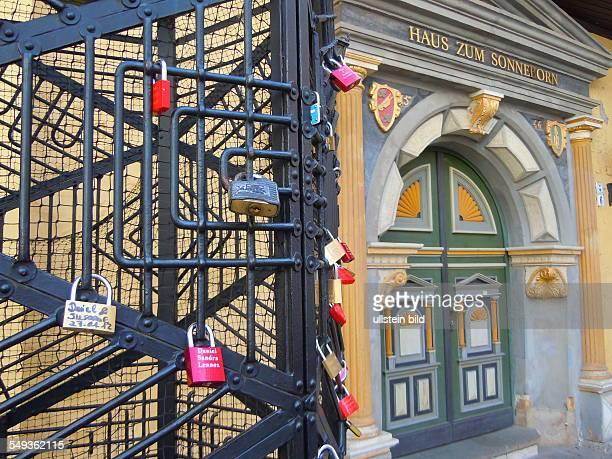 Im historischen Haus Zum Sonneborn befindet sich das Standesamt vor dem Gebäude haben Paare an einem Gitter symbolisch Schlösser angebracht...