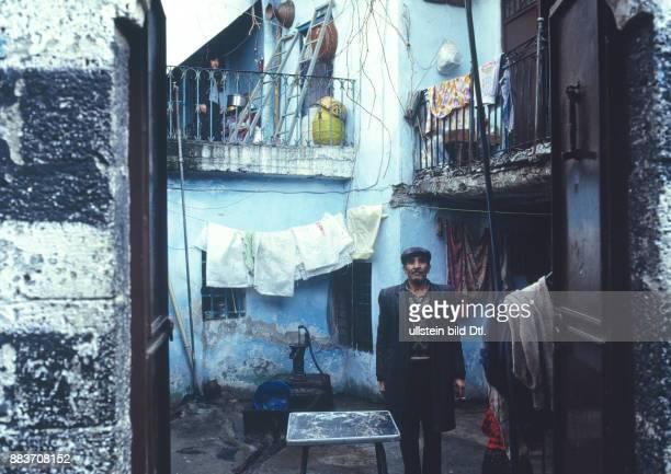 Im Innenbereich eines Wohnhauses Dezember 1990