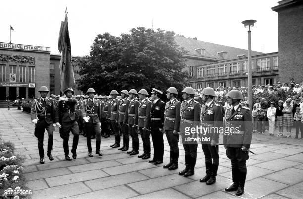 Im Juli 1983 werden die Absolventen der Militärakademie Friedrich Engels Dresden in Anwesenheit ihrer Familien feierlich zum Truppendienst...
