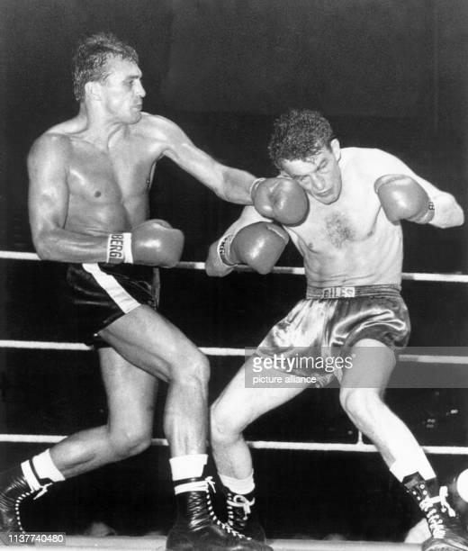Im Kampf richtet Bubi Scholz einen seiner gefürchteten Schläge gegen den schottischen Meister John McCormack am 1981960 in Berlin Die BoxsportLegende...