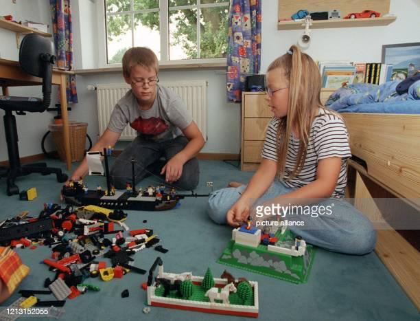 Im Kinderzimmer spielen die neunjährige Judith und ihr zwei Jahre älterer Bruder Simon mit Lego-Bausteinen.