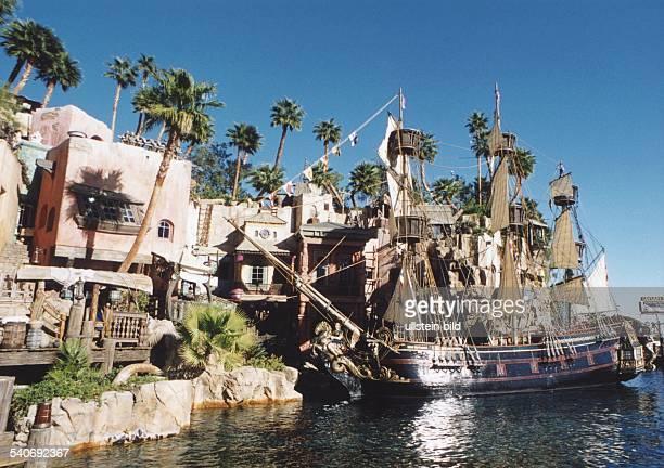 Im Las VegasHotel 'Treasure Island' stehen zwischen Palmen einzelne zum Hotelkomplex gehörende Häuschen In einem künstlich angelegten Hafen liegt ein...
