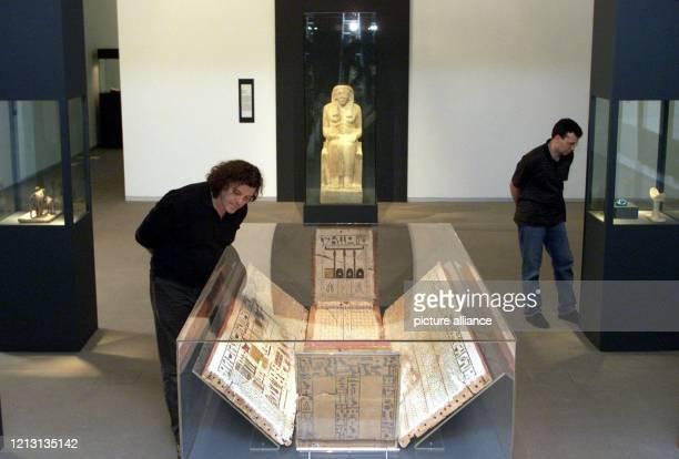 """Im neuen Teil des Roemer-Pelizaeus Museum sehen sich am 18.5.2000 in Hildesheim Besucher die Sonderausstellung """"Ägypten- Schätze aus dem Land der..."""