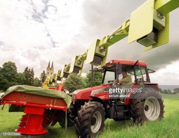 Im oberbayerischen Tuntenhausen stellt der Landesjagdverband am 16. Juni 1998 ein Gerät vor, das bei der Ernte mit Infrarot-Sensoren das Wild...