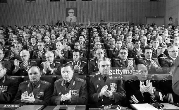 Im Oktober 1987 findet im Hörsaal der Militärakademie Friedrich Engels in Dresden in Anwesenheit sowjetischer Offiziere sowie des Ministers für...
