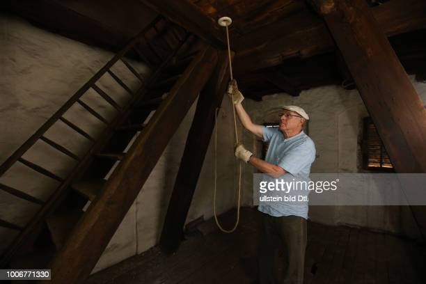 Im Rahmen der Restaurierung des Stadtgottesacker in Halle wurde heute die 400 Jahre alte Glocke das erste mal seit 100 Jahren geläutet Sachsen Anhalt...