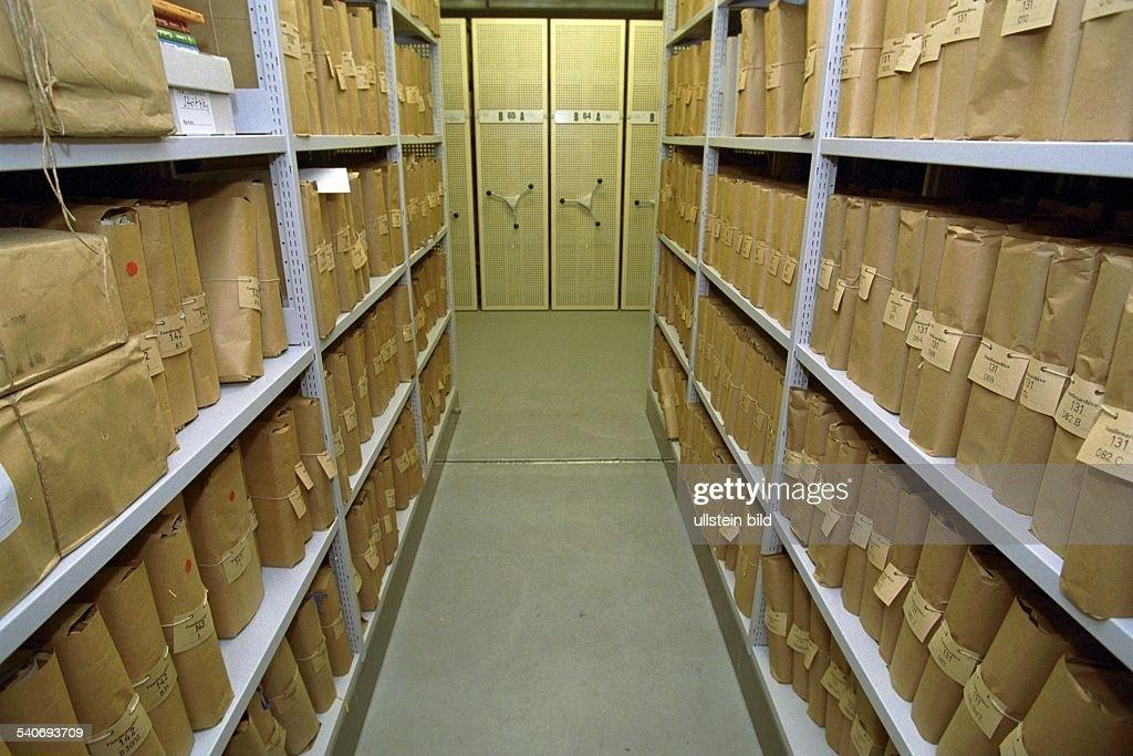 im staatsarchiv der hansestadt hamburg lagern historische dokumente nachrichtenfoto getty. Black Bedroom Furniture Sets. Home Design Ideas