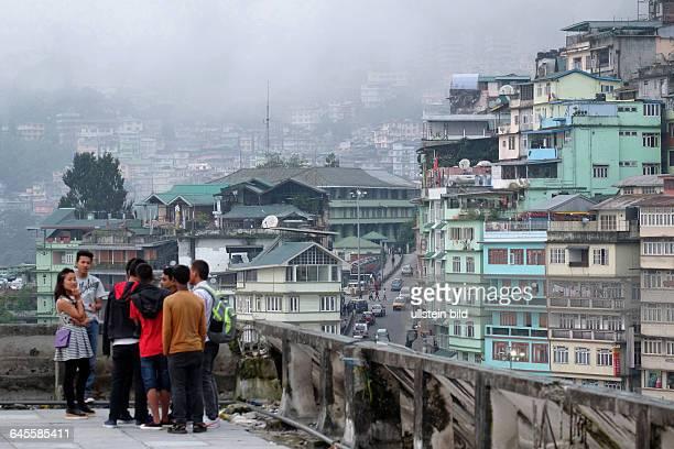 Im Stadtzentrum von Gangtok treffen sich Jugendliche abends auf der Dachterrasse eines Einkaufszentrums