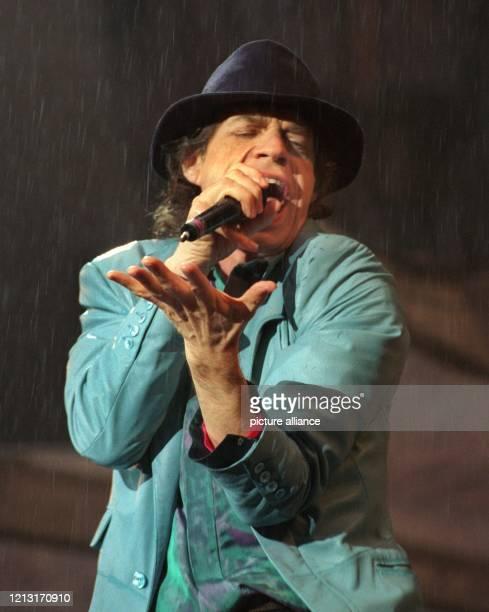 """Im strömenden Regen steht """"Rolling-Stones""""-Sänger Mick Jagger am 20.6.1999 auf der Bühne in Köln. Mit dem Konzert beendete die Rockband ihre..."""