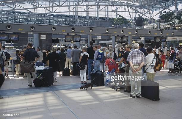 Im Terminal 4 des Hamburger Flughafens in Fuhlsbüttel warten Passagiere vor den Abflugschaltern Einchecken Hamburg Airport Undatiertes Foto