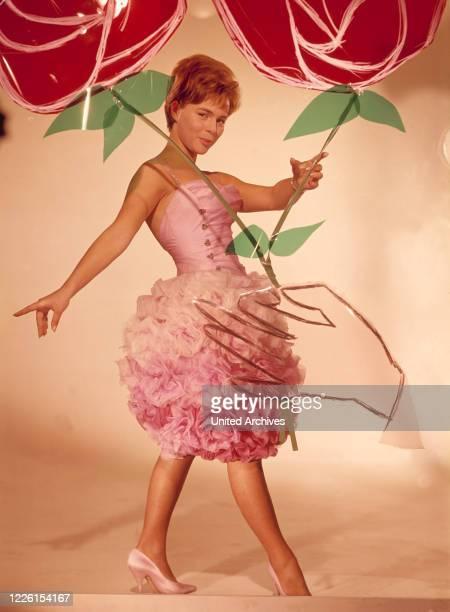 FROBOESS im weißrosa Cocktailkleid mit Tüllrosen Modeaufnahme zum Helmut KäutnerFilm 'Der Traum von Lieschen Müller' 1961