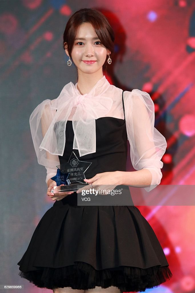 Im yoona attends ceci beauty awards in shanghai im yoona of south korean girl group girls generation poses with her award during ceci voltagebd Images