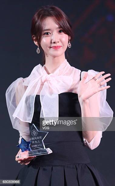 Im Yoona of South Korean girl group Girls' Generation poses with her award during CeCi Beauty Awards Ceremony on December 14 2016 in Shanghai China