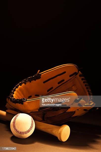 画像の野球グローブ、ラケットとボール