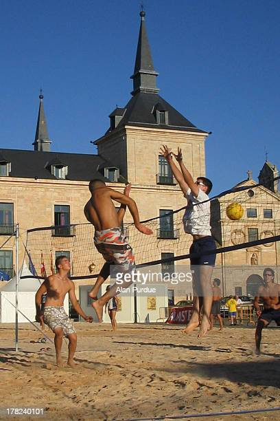 CONTENT] Image of a beach volleyball game being held in the main square of the small city of Lerma in the very centre of Spain