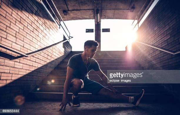 Afbeelding van een fit man zijn benen strekken