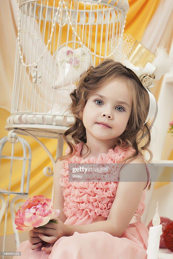 Imagem de adorável Menina elegante Posando com Flor : Foto de stock