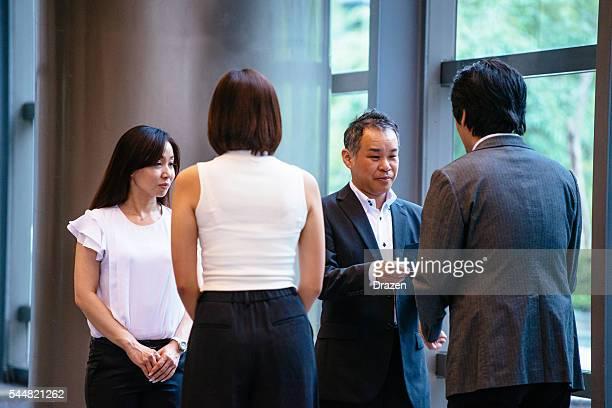 画像の実業家取引所ビジネスカードの後のミーティング