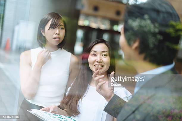 画像のビジネスチームでディスカッションフルーツの投資戦略