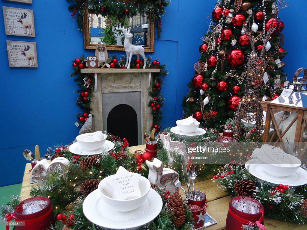 Bild Von Speisentischaufbau Fur Weihnachten Dekoration Weihnachtsbaum Kamin Stock Foto Getty Images