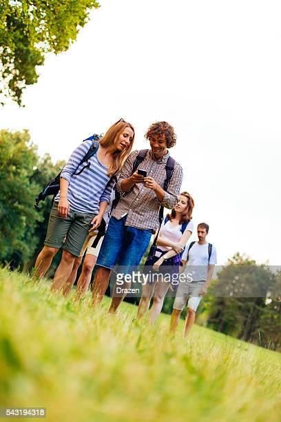 Bild von eine Gruppe von Wanderer und Wanderer im Natur gehen
