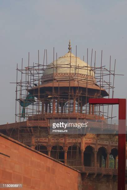 image of indian mughal architecture roof and onion dome with scaffolding restoration work on building, near taj mahal tomb, agra, uttar pradesh, india - restoration style stock pictures, royalty-free photos & images