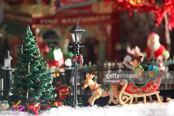immagine del modello del villaggio di natale, santa con slitta, persone, inverno-scena - babbo natale slitta foto e immagini stock