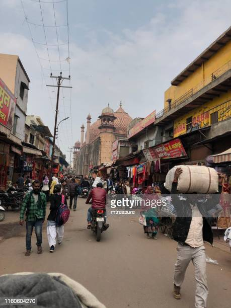 image of red sandstone jama masjid (friday mosque), viewed from the maze of lanes in kinari bazaar, agra, uttar pradesh, india - agra jama masjid mosque stock pictures, royalty-free photos & images