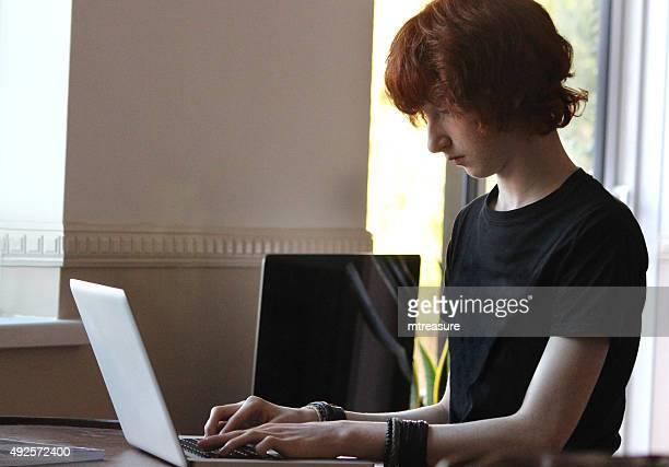 Bild der junge Schule junge machen Hausaufgaben auf laptop-computer