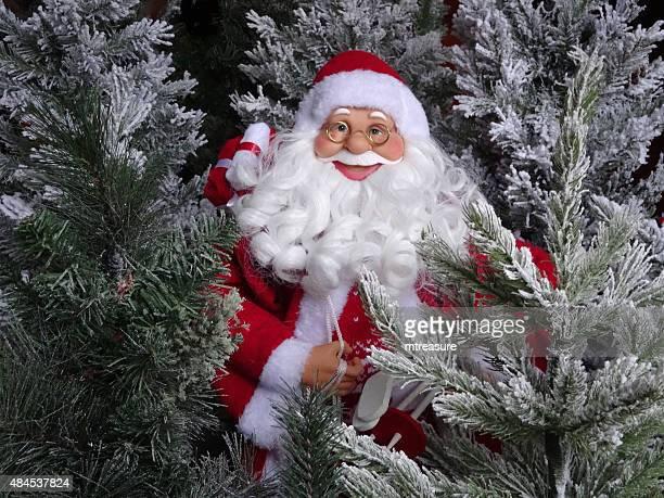 imagen de juguetes de santa claus figura con falsa árboles de navidad - cartoon santa claus fotografías e imágenes de stock