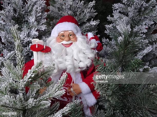 画像のトーイサンタクロース、人工雪で覆われたクリスマスツリー - 毛皮の飾り ストックフォトと画像